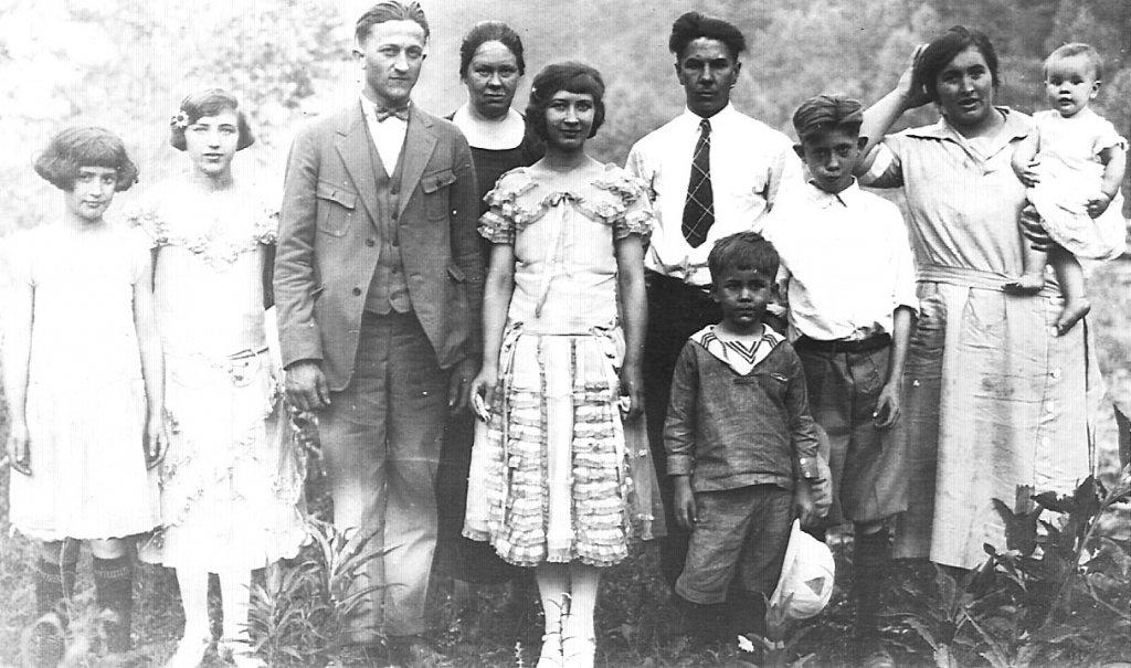 Virginia Taylor  (center), Elizabeth Taylor  (second to left of Virginia), Joe Hatfield and Monitor friends taken in 1925.
